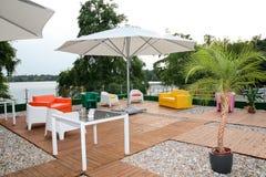 现代被塑造的露台咖啡馆休息室 免版税库存照片