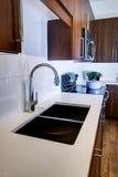 现代被改造的厨房 库存图片