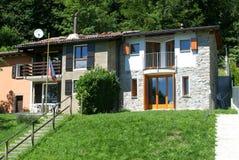 现代被更新的农村房子 免版税库存图片