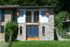 现代被更新的农村房子 库存图片