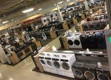现代装置待售在家具市场上 免版税库存图片
