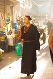 现代西藏少妇传统衣裳 免版税库存图片