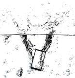 现代触摸屏智能手机和空的屏幕在水中与飞溅和泡影 免版税库存图片