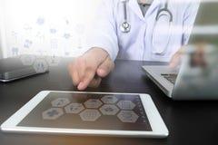 现代计算机和数字式赞成片剂,医学医生手wo 图库摄影
