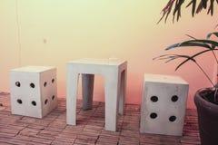现代设计具体水泥把手工制造,椅子和桌换下场 库存照片