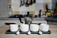 现代设计咖啡杯和葡萄酒咖啡壶 免版税库存图片