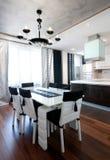 现代设计在黑白的厨房内部 免版税库存照片