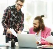 现代设计师和他的队开发新的模型穿衣 免版税库存图片