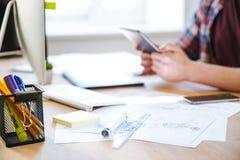 现代设计师工作场所有统治者、图纸和计算机的 免版税库存图片