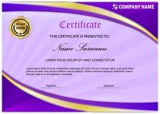 现代证明/文凭奖模板,紫色金子 库存照片