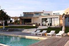 现代豪华房子水池 免版税图库摄影