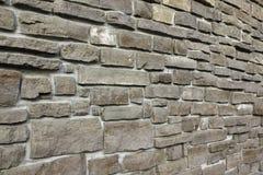 现代从跨步的花岗岩的葡萄酒石墙阻拦背景 免版税库存图片