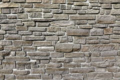 现代从跨步的花岗岩的葡萄酒石墙阻拦背景 免版税库存照片