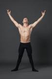 现代跳芭蕾舞者在演播室 免版税库存图片