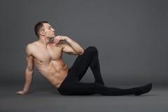 现代跳芭蕾舞者在演播室 免版税图库摄影