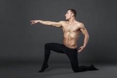 现代跳芭蕾舞者在演播室 图库摄影