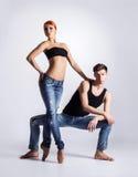 现代跳芭蕾舞者夫妇在牛仔裤的 库存图片