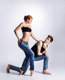 现代跳芭蕾舞者夫妇在牛仔裤的 免版税库存图片