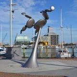 现代运动风雕塑在高架桥港口,奥克兰,新 图库摄影