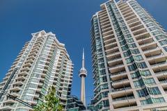 现代邀请的公寓房大厦美丽的景色与CN塔的之间反对深刻的蓝天背景 库存照片