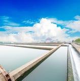 现代都市废水处理植物 免版税库存照片