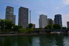 现代都市巴黎视图:由河塞纳河的高摩天大楼 免版税库存照片