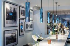 现代酒吧柜台在餐馆或咖啡馆休息室区域  库存图片