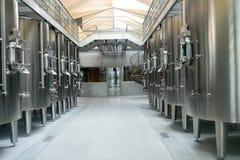 现代酒工厂内部 免版税库存照片