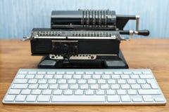 现代键盘和老加法器 免版税图库摄影