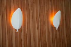 现代镶嵌墙上的金属光配件 库存照片