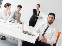 年轻现代阿拉伯商人画象在办公室 库存图片