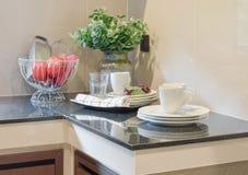 现代陶瓷厨具和器物在黑桌面 库存图片