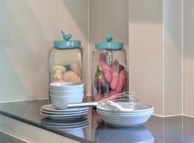 现代陶瓷厨具和器物在黑桌面 免版税库存照片