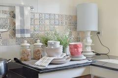 现代陶瓷厨具和器物在黑桌面 免版税图库摄影