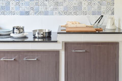 现代陶瓷厨具和器物在黑花岗岩工作台面 库存照片