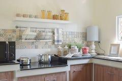 现代陶瓷厨具和器物在黑花岗岩工作台面 免版税库存图片