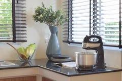 现代陶瓷厨具和器物在黑花岗岩工作台面 免版税库存照片