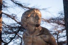 现代雕塑在上古的精神上 库存图片