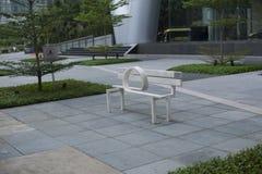 现代雕塑白色长凳 图库摄影