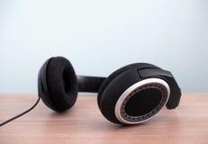 现代音频耳机 免版税库存照片