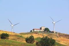 现代风车在夏天在乡下 免版税库存图片