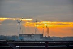 现代风车在金黄小时 免版税图库摄影