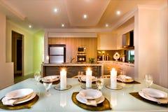 现代餐桌被设定的准备好特写镜头 免版税库存图片