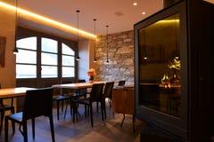 现代餐馆室内设计 用餐空的四家庭人空间的碗布置时髦的表 图库摄影