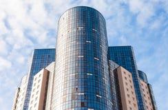 现代高公寓细节反对蓝天backgr的 免版税库存图片