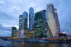 现代高层复杂莫斯科城市在云彩4月微明下 城市莫斯科,俄罗斯的旅游地标 免版税库存照片