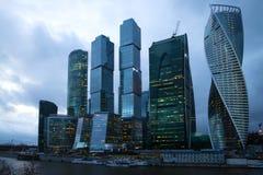 现代高层复杂`莫斯科城市`在4月微明下 夜间莫斯科 免版税库存照片