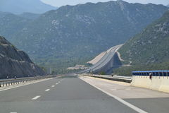 现代高速公路通过山区 免版税库存图片