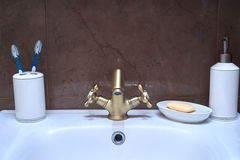 现代水龙头在卫生间里 流动的水 免版税库存照片