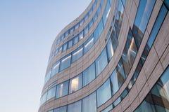 现代,弯曲玻璃窗在DÃ ¼ sseldorf蓝天的瓦片建筑学 免版税库存图片